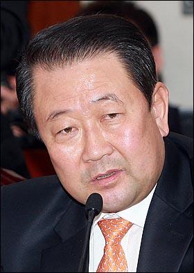 박주선 민주당 의원이 21일 오전 서울 여의도 국회에서 열린 외교통상부 국정감사에서 박지원 원내대표의 '시진핑 발언'과 관련해 박지원 원내대표와 정세현 장관, 최경환 실장을 증인신청을 요구하고 있다.