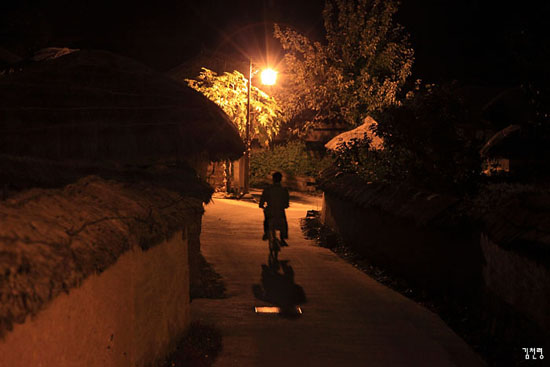 사람들로 북적대는 낮과는 달리 하회마을의 밤은 한산하다.