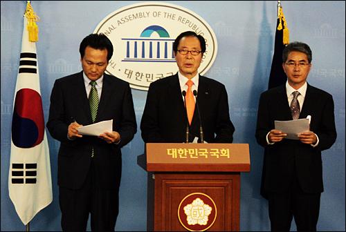 고려대 입시부정 의혹과 관련해 권영길(가운데).안민석(왼쪽) 국회의원과 박종훈 전 경남도교육위원(오른쪽)은 22일 오후 국회 정론관에서 기자회견을 열고 추가 소송을 벌인다고 밝혔다.