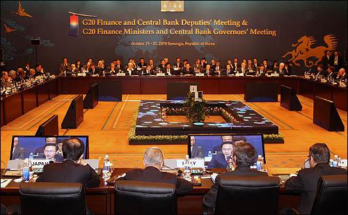 이명박 대통령이 22일 오후 경주 힐튼호텔에서 열린 G20 재무장관ㆍ중앙은행 총재회의에 참석해 환영 연설을 하고 있다.