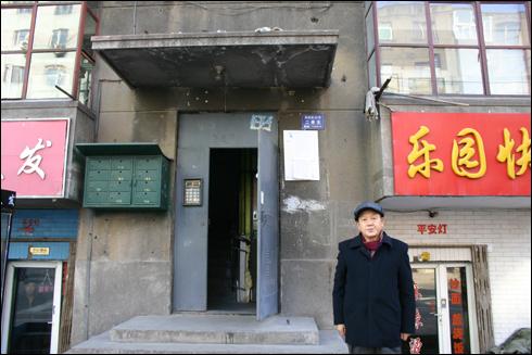 옛 김성백 집터에서 하얼빈 역사학자 김우종 선생이 그날을 증언하고 있다.