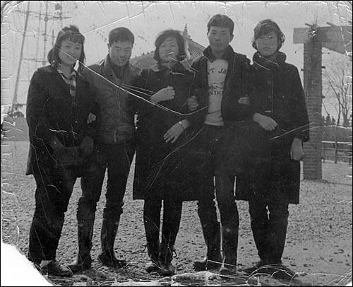 ▲ 왼쪽에서 두 번째가 전태일(평화시장 동료들과 함께 1960년대 후반).ⓒ 전태일재단