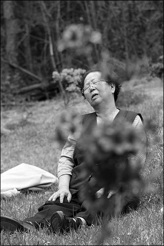 ▲ 2007년 봄 어머니의 묘소를 찾은 이소선. ⓒ 오도엽