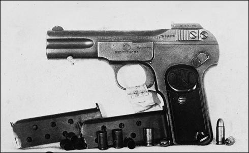 안 의사가 의거에 사용한 브라우닝 권총(총기번호 262336)과 탄창, 탄알.