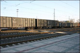 역으로 가는 길을 막은 화물열차