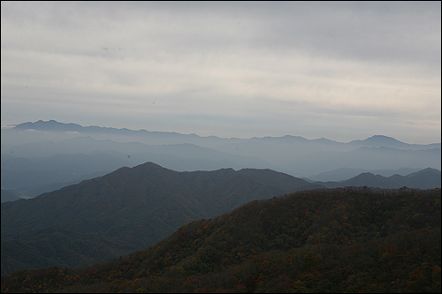 장안산 장안산 정상에서 바라본 지리산 모습이다. 우측이 반야봉, 좌측이 천왕봉이다.