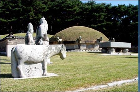 사도세자의 무덤인 융릉. 정조에 의해 영우원으로 격상된 사도세자의 무덤은 고종황제 때인 1899년에 융릉으로 다시 격상되었다. 융릉은 경기도 화성시 안녕동에 있다.
