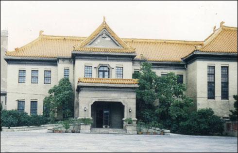 위황궁 동덕전으로, 용상의 전각이 있던 곳으로 지금은 박물관 전시실이 되었다.