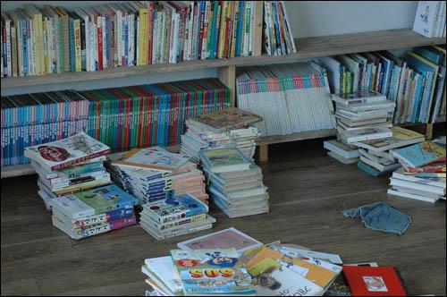 기적의 도서관이 따로 없었다. 열흘 만에 책장 두 칸이 비좁을 정도로 천 권이 넘는 책들이 들어왔다.