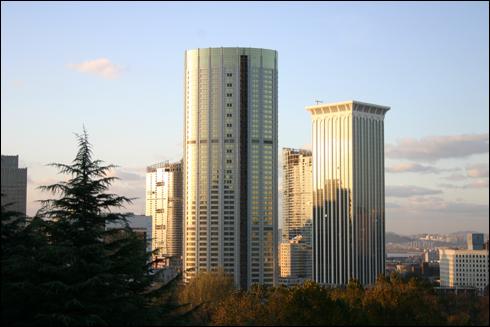 고층빌딩이 솟아오르는 다롄 시가지