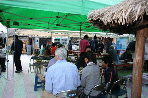 음식 맛을 보기위해 관광객들이 하나둘 모여든다.