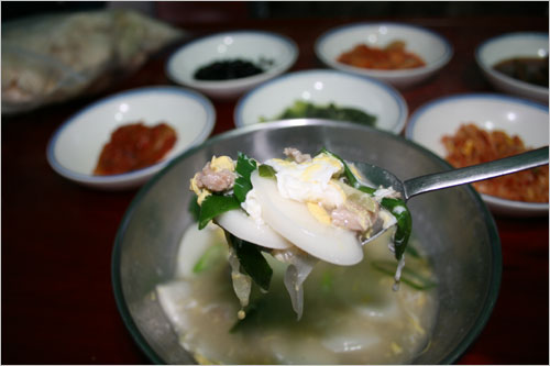 닭장떡국은 국물도 구수한데다 떡국의 식감이 정말 좋다.