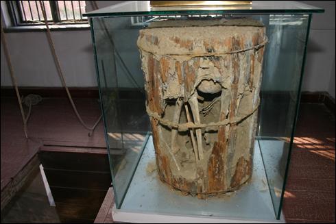 뤼순감옥에서 처형된 사형수들의 시신은 나무통에 담겨져 이곳 묘지에 묻혔다고 한다. 안 의사는 특별히 송판관에 담겨 매장했다고 한다.