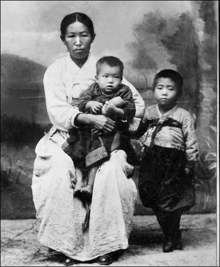 안중근의 아내와 두 아들(분도와 준생)