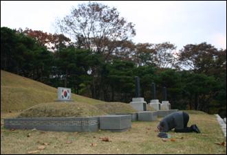 효창원 안 의사 무덤에서 기자가 답사 종료 고유인사를 드리다.