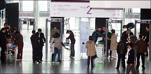G20 정상회의 개막을 앞두고 5일 오후 서울 강남구 삼성동 G20 정상회의 행사장인 코엑스 출입구에 보안검색대가 설치되어 출입하는 시민들이 검색을 받고 있다.