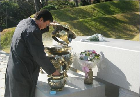 향로에 향나무 가루를 넣는 김홍업 전 의원. 고문 후유증을 앓고 있는 형님(김홍일 전 의원) 대신 손님을 맞이하고 있었습니다.