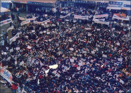 11.8 안면도 반핵항쟁 1990년 11월 8일 안면도 핵폐기물처리장 설치에 반대하는 주민들이 안면읍 터미널에 모여 반대운동을 펼쳤다.