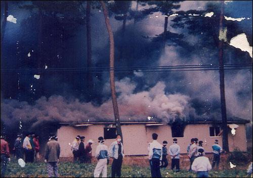 격분한 시위대 안면도 핵폐기물처리장 설치 반대운동 중 격분한 시위대는 자연휴양림 공사 현장 사무소에 불을 지르기도 했다.