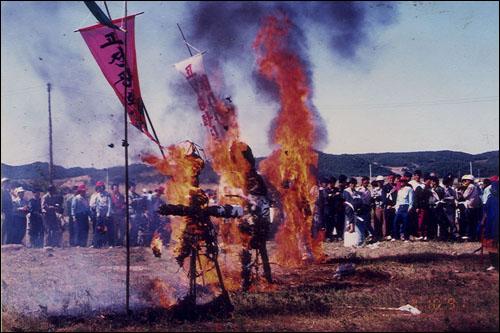 제2의 반핵운동 핵폐기물처리장 설치사업 총괄을 해오던 한국원자력연구소 부설 원자력환경관리센터가 안면도 지역 주민들 중 유치찬성자를 확대 꾀하기 위해 은밀히 유치작업을 벌여온 사실이 1992년 5월 16일 현대장 여관 사건으로 공개됐다.