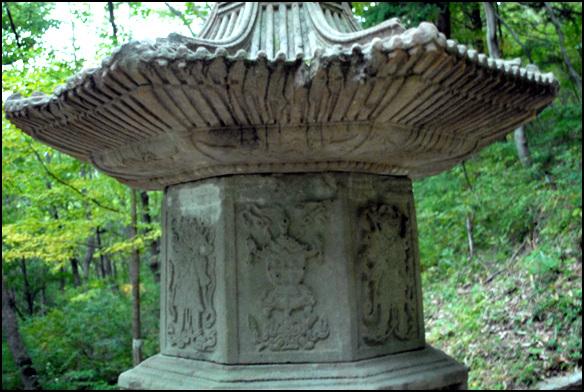 몸돌 화사석인 몸돌 문비에는 문, 향로, 사천왕상 등이 조각되어 있다.