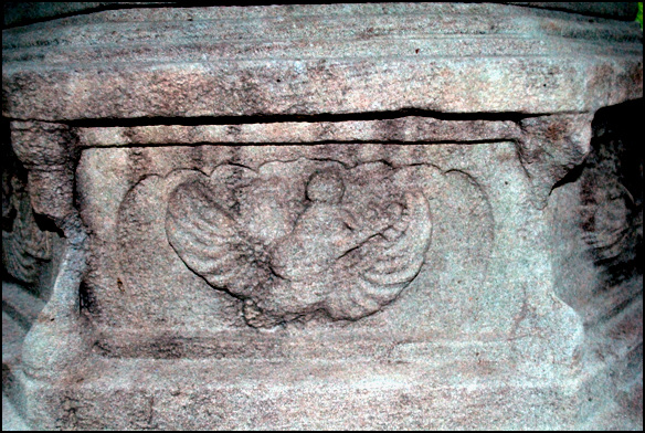 가릉빈가 천상의 새라는 가릉빈가. 하반신은 동물이고 날개를 가졌으며 상반신은 사람이다