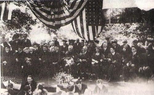 아메리칸 대학의 박사학위 수여식(1921년). 오른쪽에서 3번째가 정한경, 4번째가 대통령 부인, 5번째가 미국 제29대 대통령 하딩.