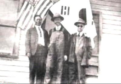 한국친우연맹 사무실 앞에서(1920년). 중앙이 정한경. 맨 오른쪽이 이승만.
