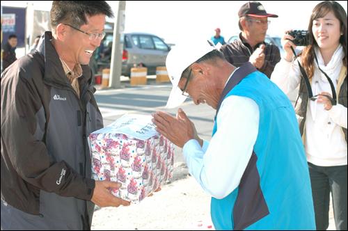 자연보호상 이일도 거창군서변정보화마을위원장이 이날 낚시대회에 참가하여, 박성제 어구정보화마을 위원장으로부터 자연보호상을 받으며, 활짝 웃고 있다.