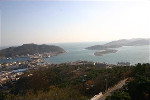 백옥산탑에서 내려다본 뤼순항으로 천혜의 군사요새항이다.