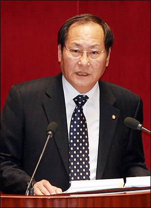 김창수 자유선진당 의원이 10일 청목회 입법로비의혹에 대한 국회 긴급현안질문에 나서 질의하고 있다.