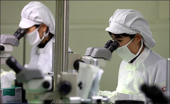 달마전자는 대표적인 반도체 인쇄회로기판 검사 전문업체로 최근 반도체 시장이 호전되면서 재기의 발판을 마련해 가고 있다. 사진은 달마전자 직원들이 현미경을 통해 인쇄회로기판을 검사하는 모습.
