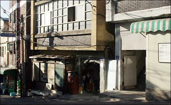 서울시 용산구 동자동 9 - 18번지, 3층짜리 쪽방건물 입구.