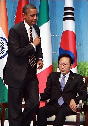 버락 오바마 미국 대통령이 12일 오후 서울 삼성동 코엑스 오디토리움에서 열린 'G20 중소기업 자금지원 경진대회' 시상식에서 축사를 하기 위해 단상으로 향하며 이명박 대통령의 앞을 지나고 있다.
