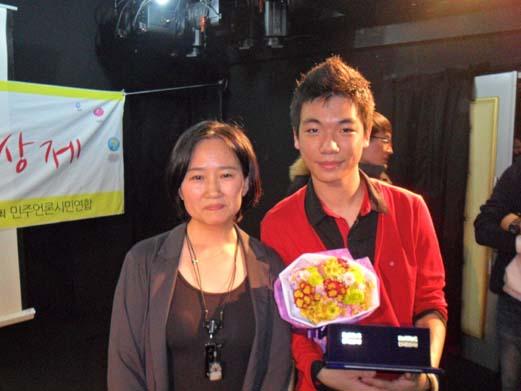한국 최초의 청소년 뮤지컬 영화 <풋!고추 이야기>의 김수랑 감독(오른쪽)