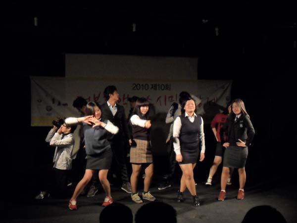 김수랑 감독과 프로젝트 영상 동아리 '와이낫'의 기념공연 폐막식에 선보인 '와이낫'의 공연