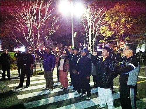 김해서부경찰서가 14일 고 노무현 대통령 묘역에 인분 오물을 투척한 정아무개씨를 연행해 조사하고 있는 가운데, 이날 저녁 경남.김해 '노사모' 소속 회원 30명이 경찰서 앞에 모여 철저한 조사를 촉구하며 구호를 외치고 있다.
