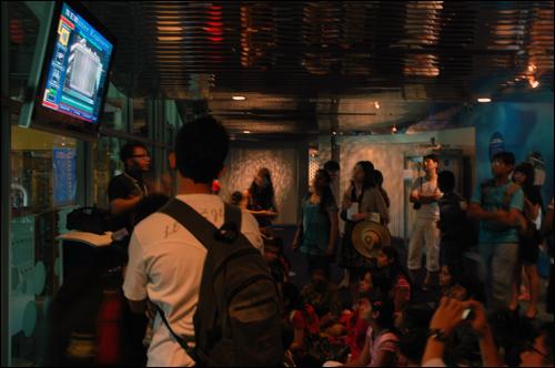 뉴워터 교육장 뉴워터 비지터센터에서 싱가포르 물 정책에 대한 설명을 듣고 있는 관광객.