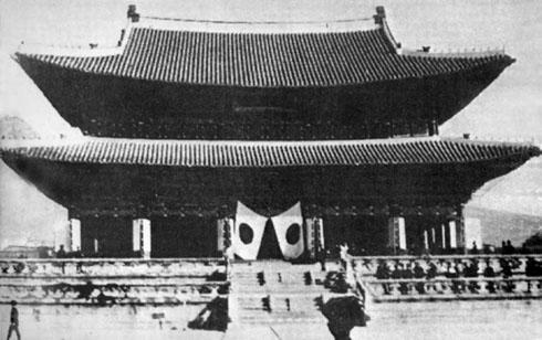 1910년 8월 29일, 경복궁 근정전 앞에 게양된 일장기. 이 날로 조선왕조는 문을 닫고, 일제강점기가 시작되었다.