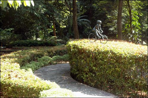 자전거타는 소녀 보타닉가든내 조경한 나무위에 자전거를 타는 소녀상이 눈길을 끈다.