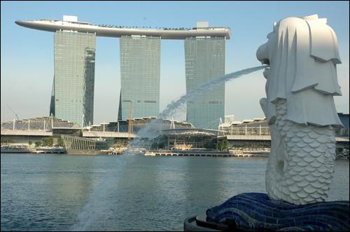 머라이언상 쉼없이 물을 뿜어내고 있는 마리나 베이에 있는 머라이언상. 뒤로는 한국 건설사가 지었다는 싱가포르의 랜드마크로 자리 매김할 '마리나 베이 샌즈 호텔'. 세 개의 건축물 위 머리에 대형 여객선을 이고 있는 형상으로 관광객의 눈길을 사로 잡는다.