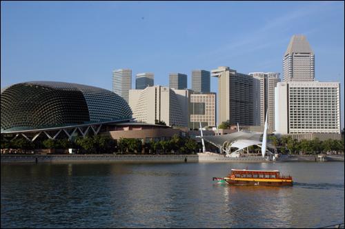 유람선 그다지 화려하지 않는 유람선이 싱가포르 도심 빌딩 숲을 파고 들듯 유유히 흐르고 있다.