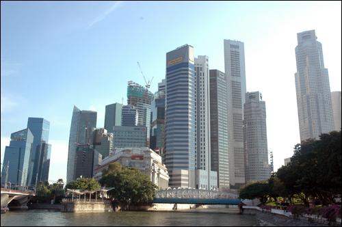 빌딩 숲 싱가포르 마리나 베이 주변에 높이 선 빌딩 숲. 건물의 외형이 각기 다른 모습으로 조각물을 전시해 놓은 건축물 전시장이라는 느낌이 든다.