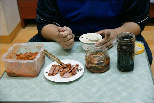인근 원룸에서 홀로 식사중이라는 후배의 방을 급습하여 찍은 저녁식사. 혼자사는 이의 식단은 이 정도가 보통이다.