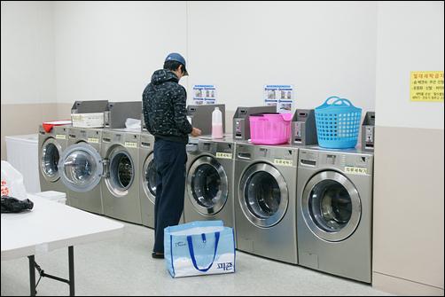 학교 기숙사 내 세탁실 모습이다. 세탁과 건조비용은 각각 1천 원씩이라고 한다. 물론, 하숙집에 이런 최첨단 드럼세탁기는 없다. 간혹 하숙집 아주머니께서 직접 빨래를 해 주시긴 한다.