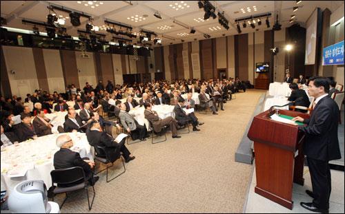 김문수 경기지사가 17일 서울 프레스센터에서 열린 관훈클럽 초청 토론회에서 기조연설을 하고 있다.
