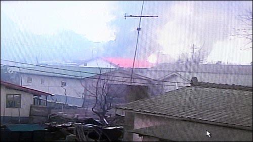 북한이 23일 오후 2시34분께 연평도 부근에 다량의 해안포를 발사해 이중 수발은 주민들이 살고 있는 연평도에 떨어져 일부 가옥이 불에 타고 있다.