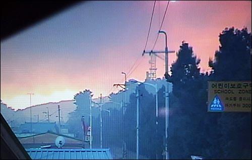 북한이 23일 오후 2시34분께 연평도 부근에 다량의 해안포를 발사해 이중 수발은 주민들이 살고 있는 연평도에 떨어져 산불이 일어나 마을 주변이 화염과 검은 연기에 휩싸여 있다.