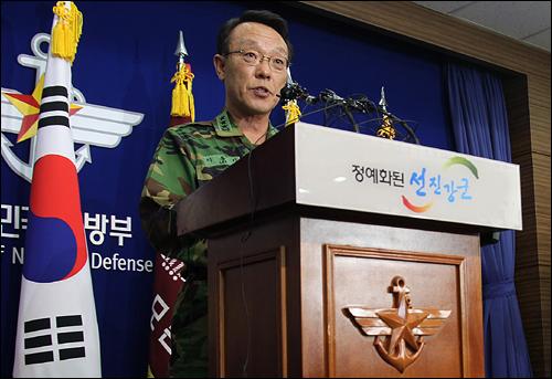 북한이 23일 오후 연평도 육상으로 해안포를 발사한 가운데 이날 국방부에서 이홍기 합참작전본부장이 기자회견을 하고 있다.