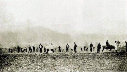 신흥무관학교 학생들이 밭을 경작하고 있는 모습